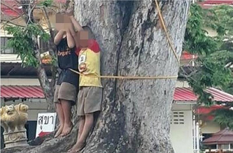 Polizei sucht ein Paar, das zwei Kinder an einen Baum festgebunden und geschlagen hat